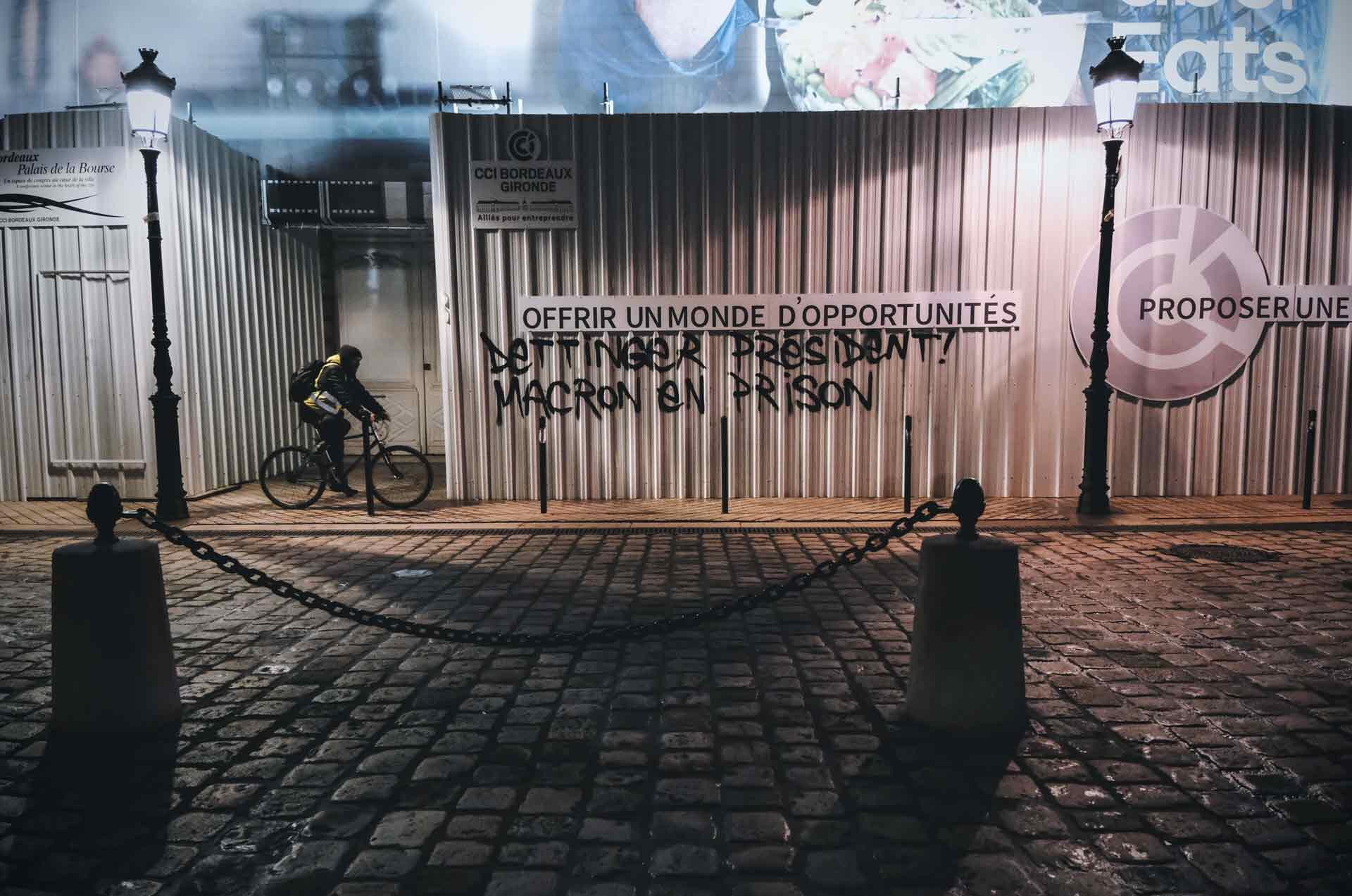 social brutal, violences, violent, revue far ouest, local, documentaire, long formats, sud ouest, bordeaux, manifestations, CRS, Bordeaux, Pey Berland, débordement, politique, affrontements, street medics, croix bleues, soins, blessés, violences policières, pelletier, anarchie, situationnisme, graffiti