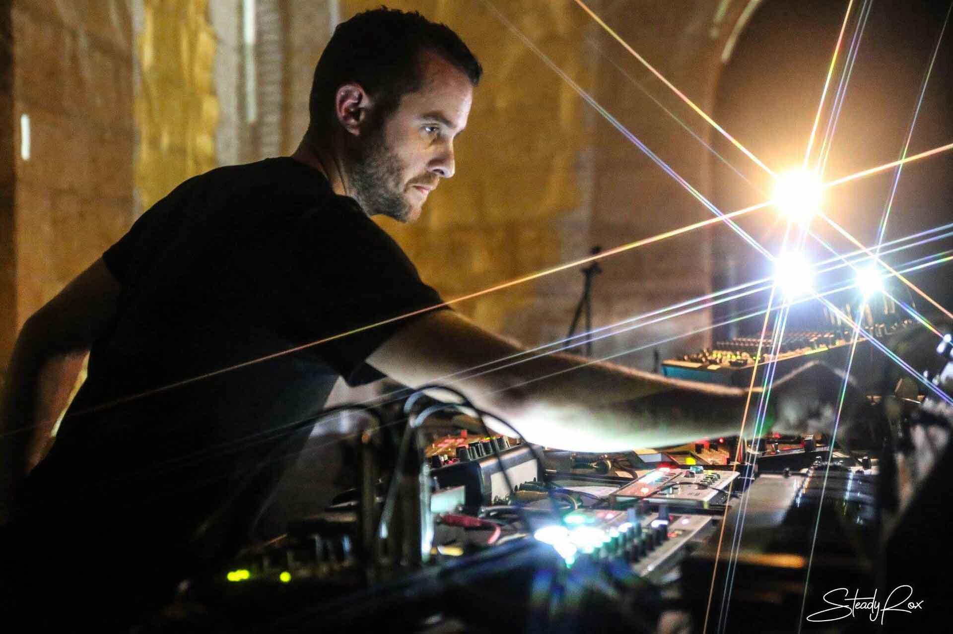 Le DJ de musique électro Alex Garcia qui se produit en live, et touche à divers boutons.