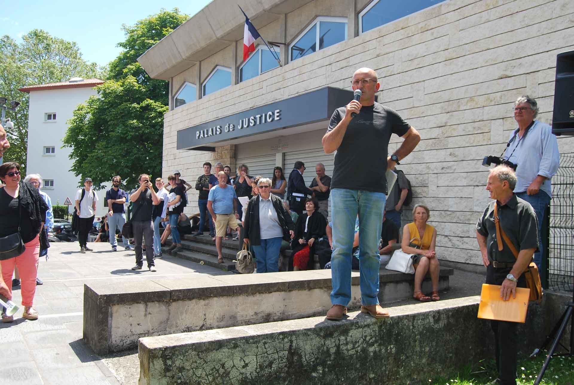Les millitants contre l'élevage industriel des canards prennent la parole devant le Palais de Justice.