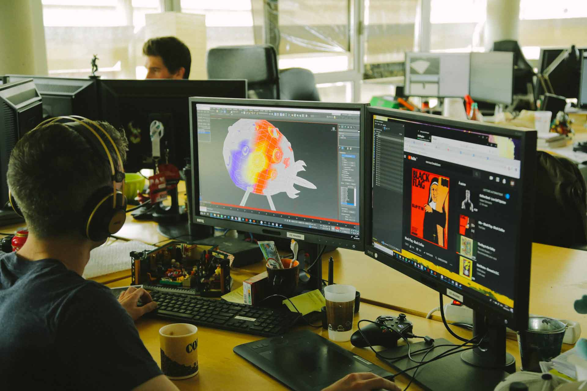 Un employé de Motion Twin travaille devant son écran.