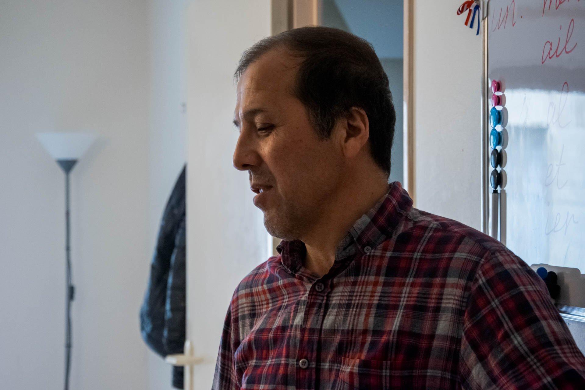 Urmondzhon Sufiev dans l'appartement qui lui est prêté.