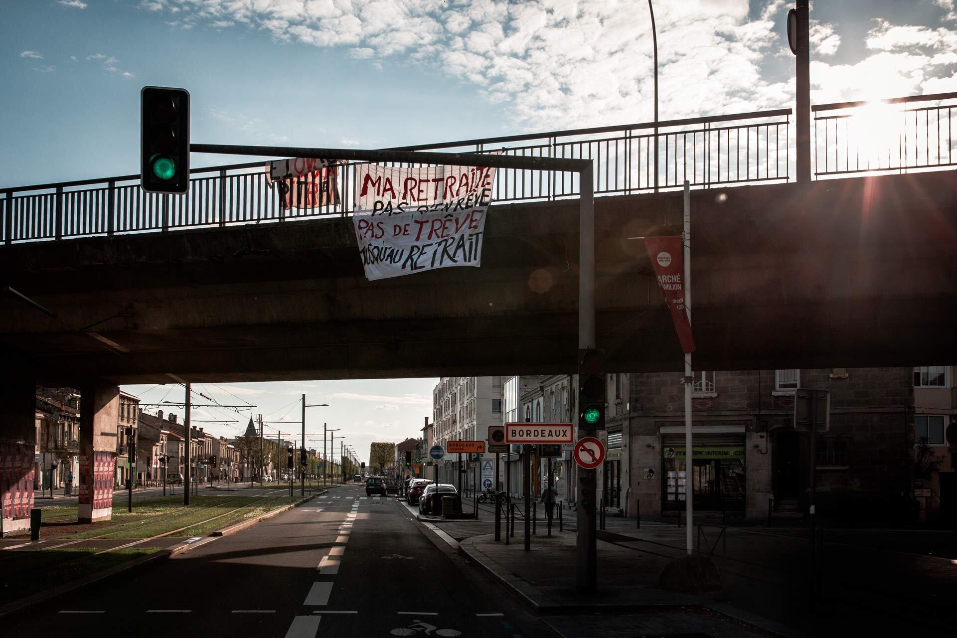 Une affiche contre la réforme des retraite sur un pont