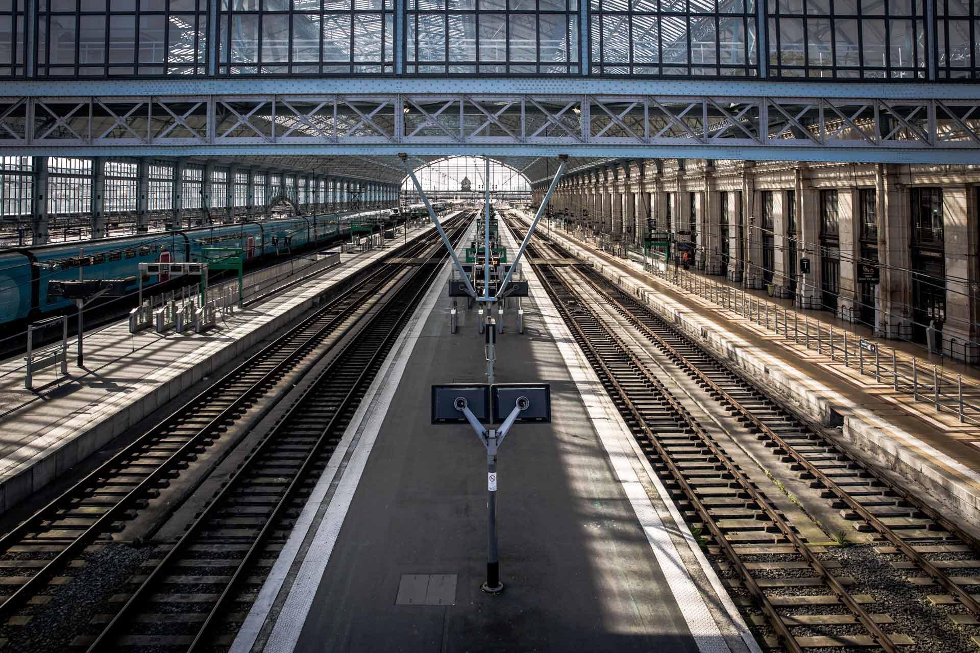 La gare Saint-Jean est à l'arrêt : hall central fermé, circulation presque totalement interrompue. Les rails sont déserts.