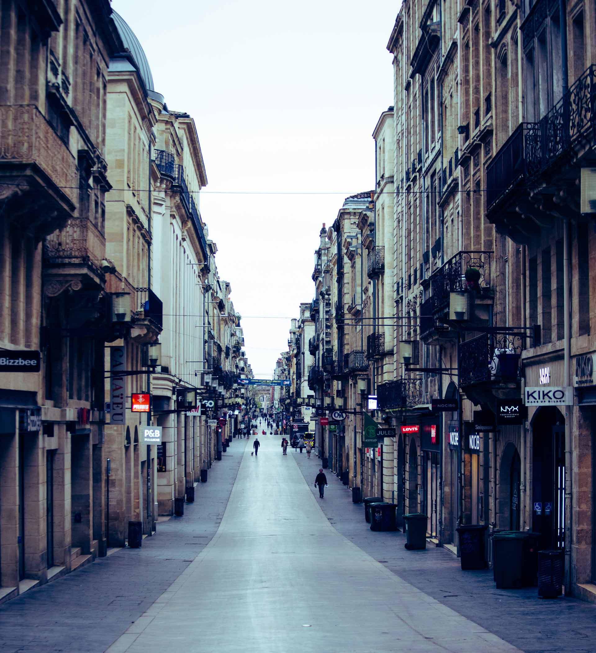 Les boutiques de la rue Sainte-Catherine sont fermées. La rue est déserte.