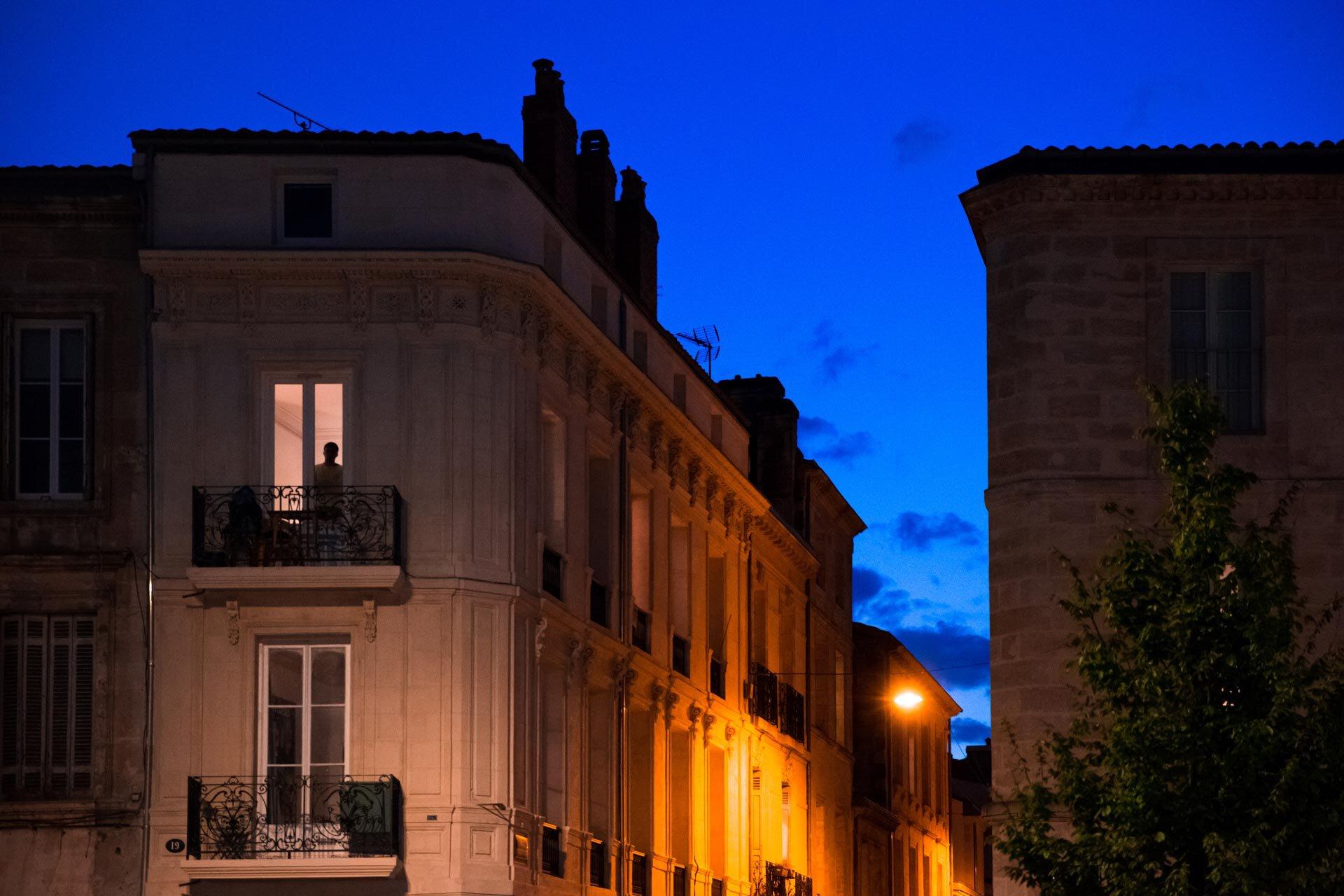 La nuit tombe. Le quartier Saint-Michel est désert. À une fenêtre, une ombre apparaît.