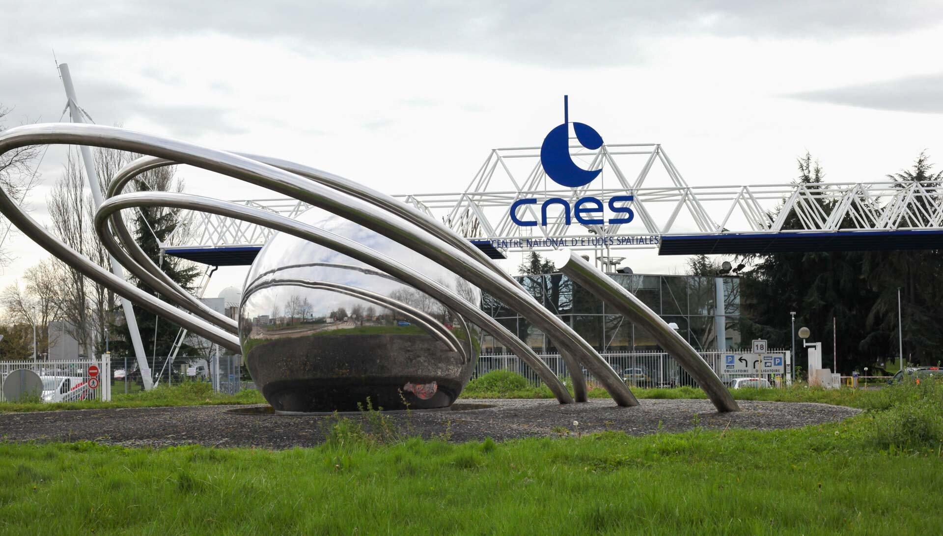 Entrée du CNES : Centre National d'Études Spatiales.