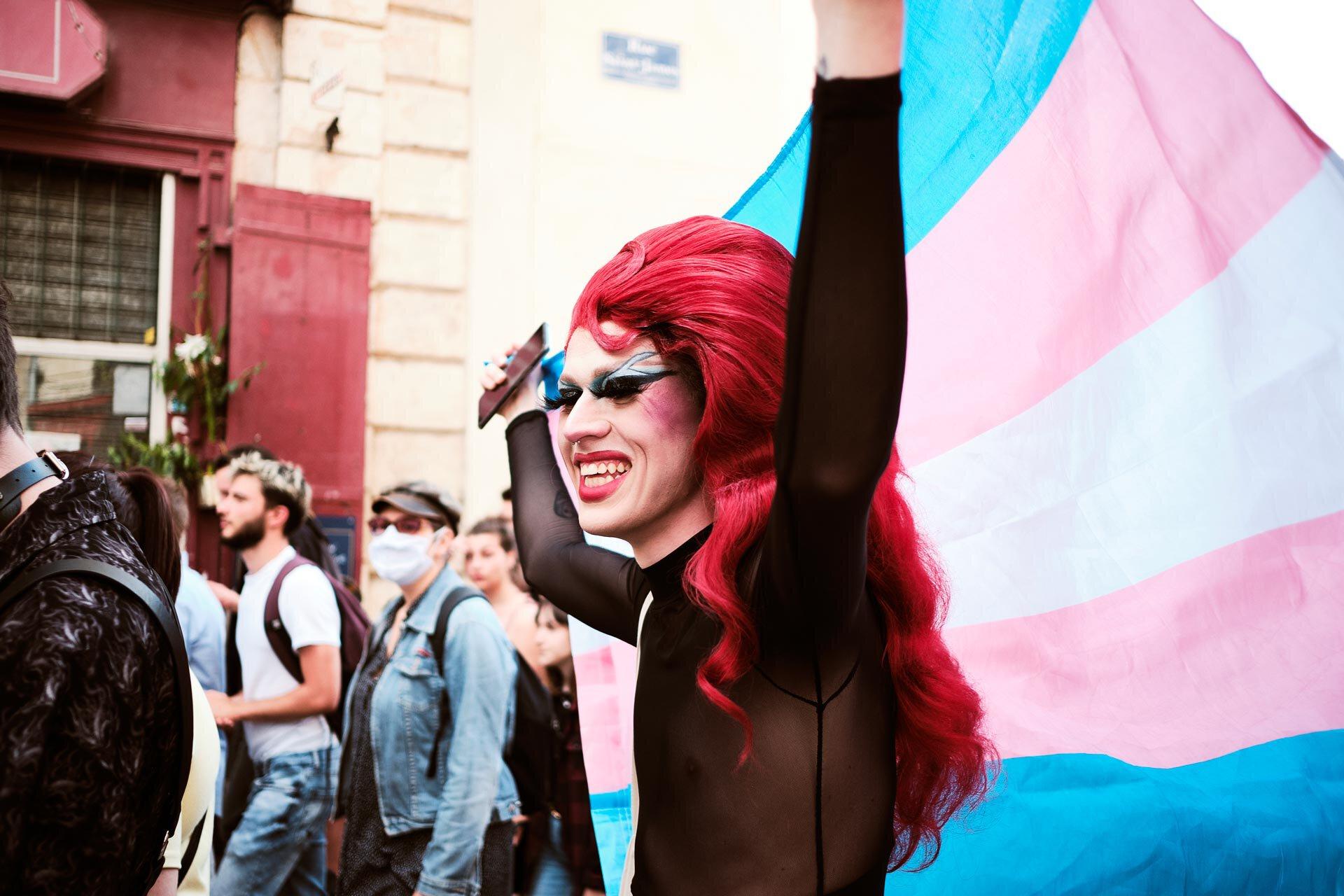 L'artiste Le point G lève le drapeau transgenre.