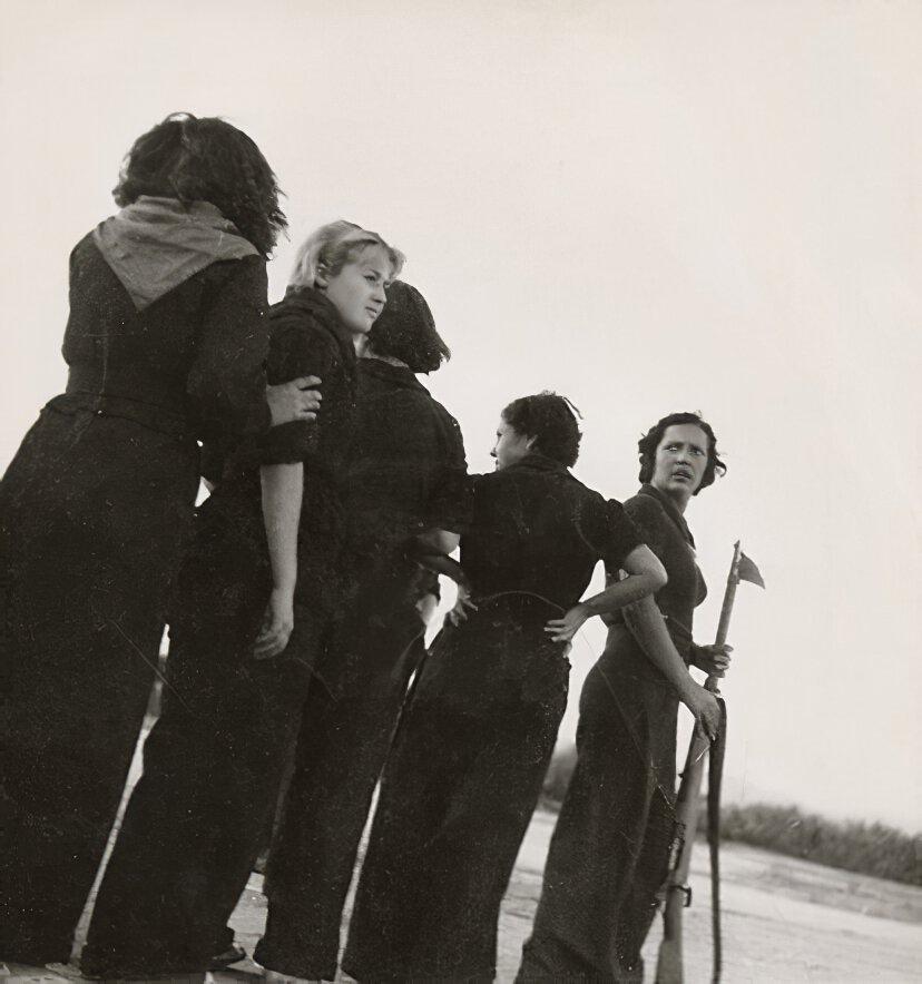 Photo en noir et blanc de miliciennes républicaines à l'entrainement pendant la guerre civile espagnole.