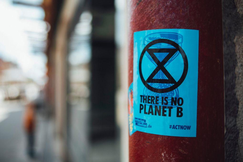 """Un sticker Extinction Rebellion """"Il n'y a pas de planète B"""", en Allemagne"""