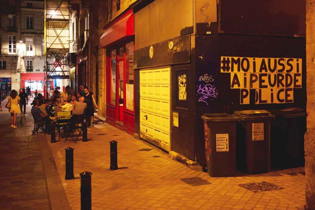 Sur un mur du centre-ville de Bordeaux, ce message «Moi aussi j'ai peur de la police», en soutien à l'actrice et chanteuse Camélia Jordana.