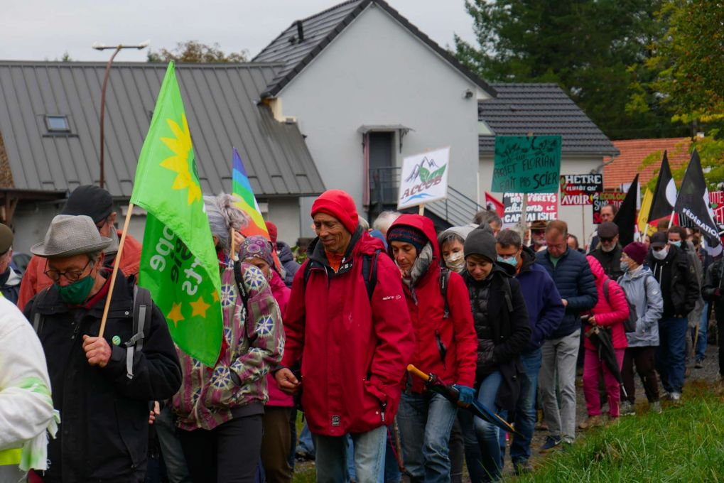 2000 personnes sont réunies pour lutter contre le projet de scierie — Photo : Chloé Rébillard