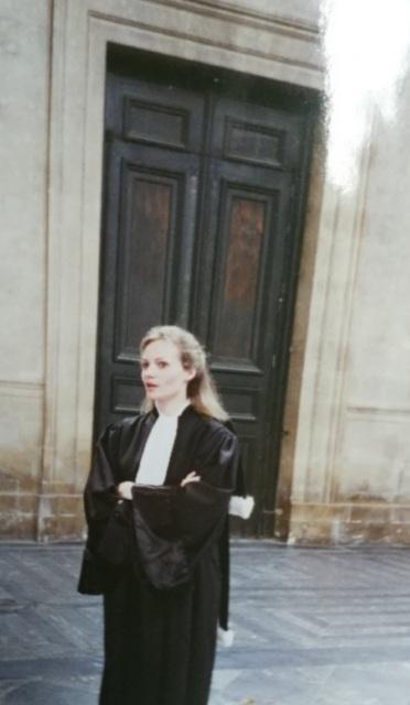 Emmanuelle en tenue de juriste dans les années 1990